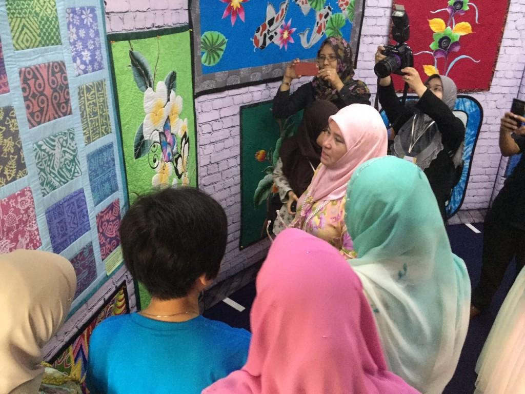 Menjahit Batik (1)
