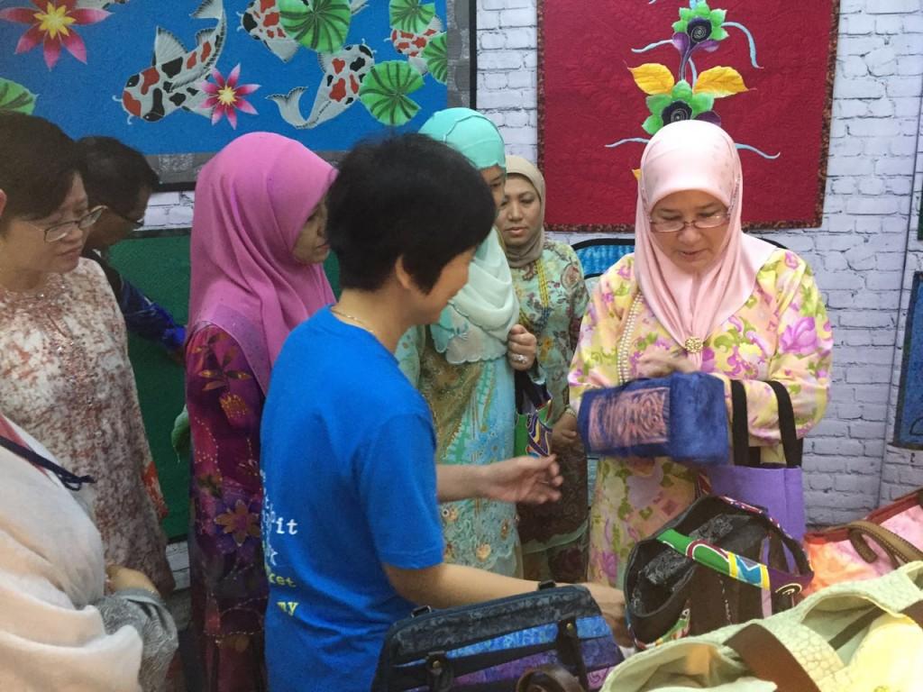 Menjahit Batik (2)