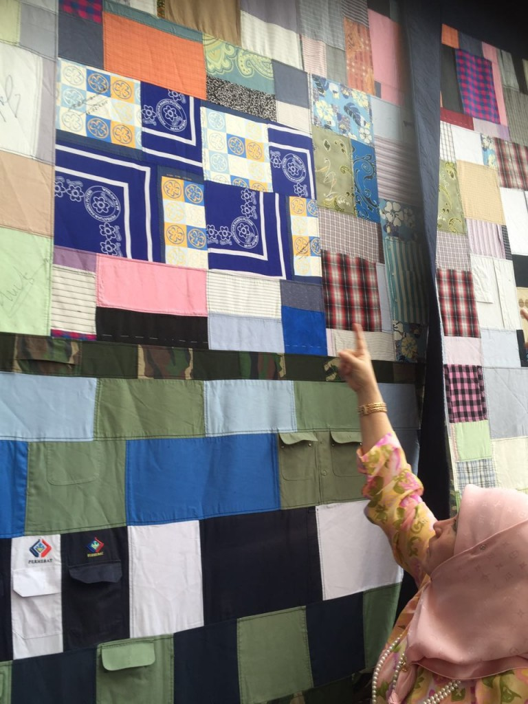Menjahit Batik (3)