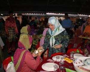 KELUARGA DIRAJA IFTAR BERSAMA RAKYAT WALAUPUN JAUH PERJALANAN (14)