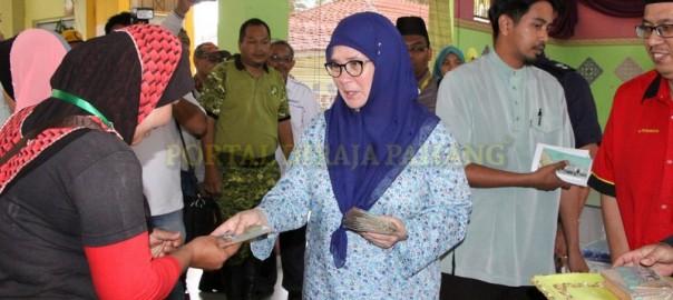 Tengku Puan Pahang Masak Untuk Makan Malam 396 Mangsa Banjir Di Sungai Miang Pekan (3)