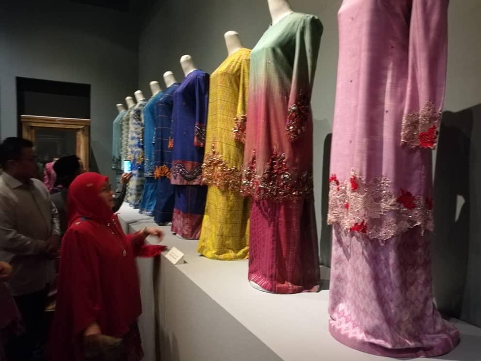 Pemeran Tradisi Berfesyen Tenun Diraja Pahang (1)