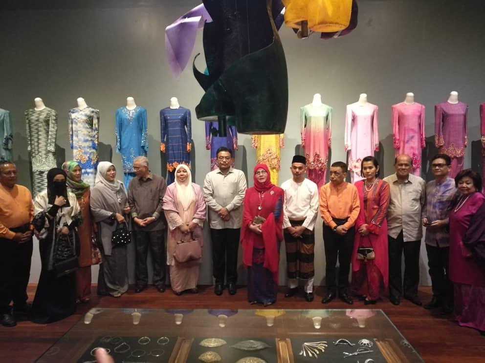 Pemeran Tradisi Berfesyen Tenun Diraja Pahang (2)