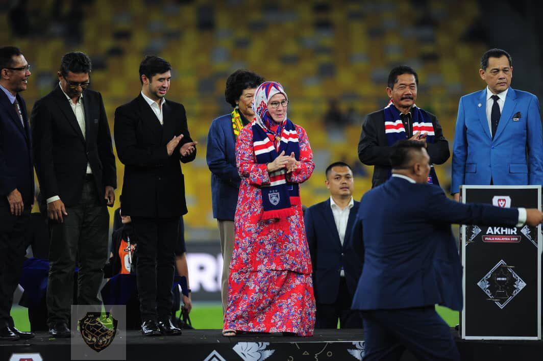 KDYMM Tunku Azizah Menyampaikan Piala Malaysia 2019 (1)